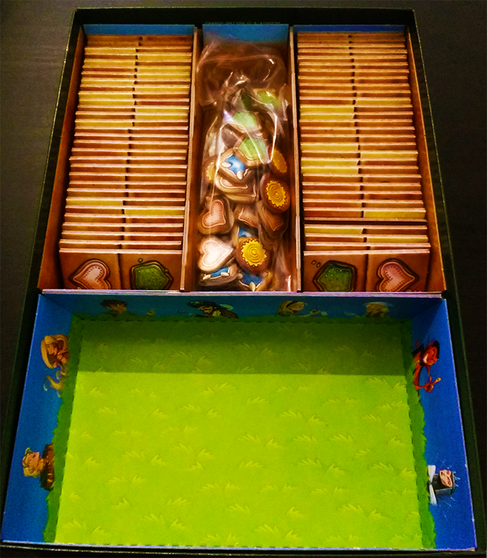 Inlay 06: The gingerbread tokens fit perfectly into the middle compartment.